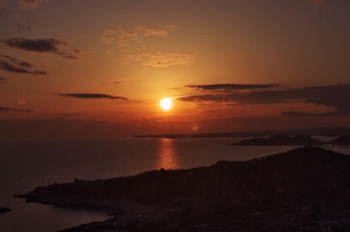 真赤な夕日が周防灘に沈む 夕食を楽しみながら素晴らしいショーを見る
