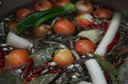 鶏ガラと煮干しがメインで、香味野菜と香辛料