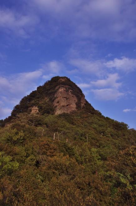 中腹から五剣山の山頂を望む かなり険しい