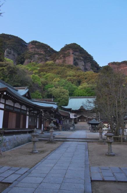五剣山の下の八栗寺本堂