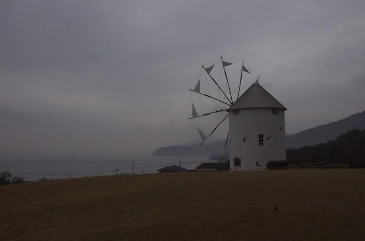雨に煙るオリーブ公園のギリシャ風車