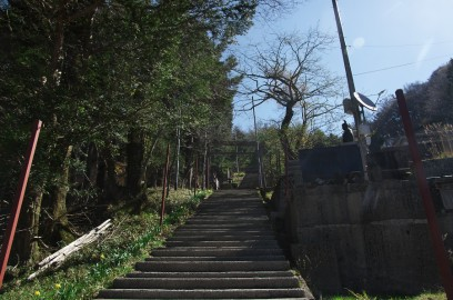 9:00 剣山神社の階段を登る