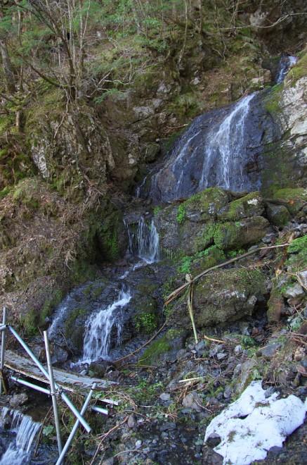 7:04 大きな滝の横を通過