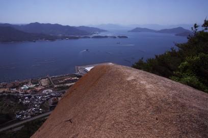 カエル岩は崖から突き出ている