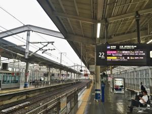 雨の岡山駅でさくらを待つ