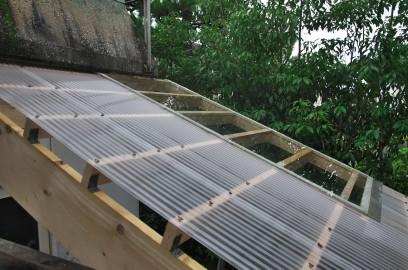 屋根を架けてガラスとポリカーボネイトで葺く