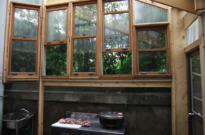 キッチンの増築部に木製ハンギングウインドウを再利用