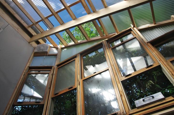 厨房の光窓から青空の光が差し込む 風も爽やか