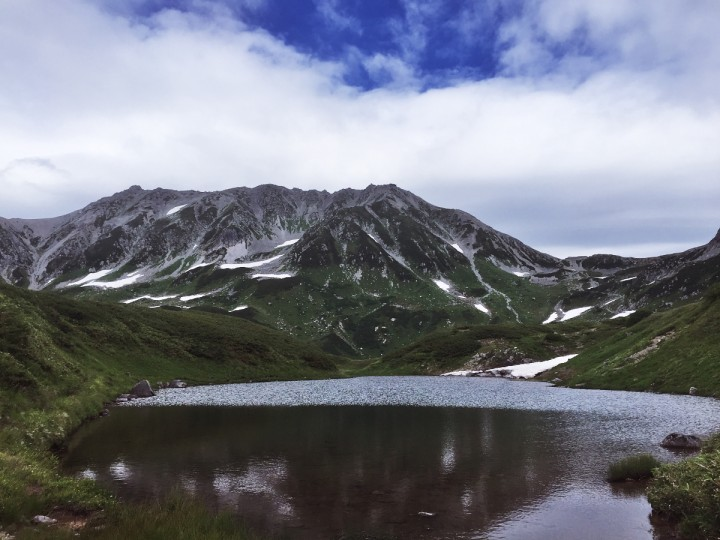 室堂のミドリガ池から立山連山を望む