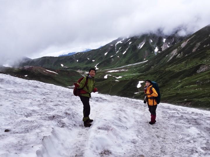 雨の立山縦走 雄山から下ると雨は上がった雪渓を越えると室堂はすぐ