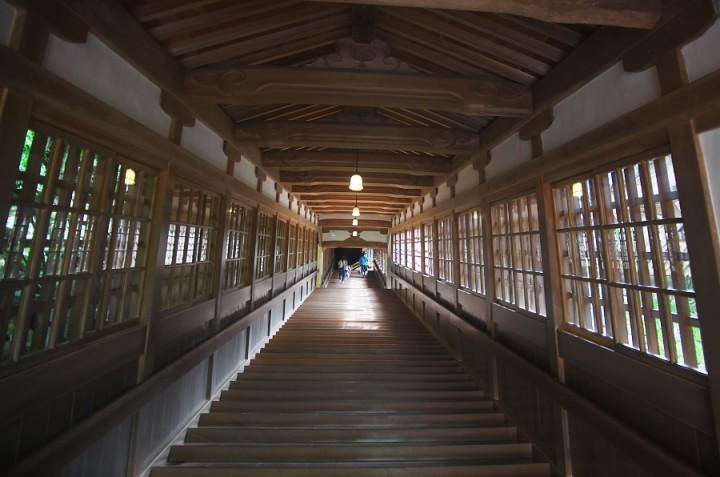 長い階段を上がって各建屋に行く