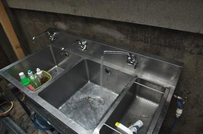 SDKさんがシンクの水配管をしてくれた・・温水は次回