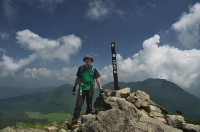 中岳山頂で素晴らしい景色を楽しむ