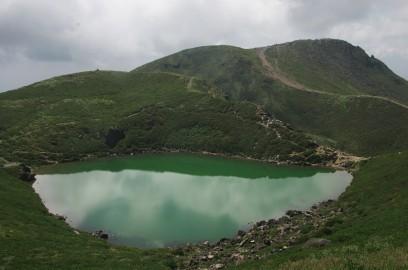 12:07 真下に御池を眺めながら登る