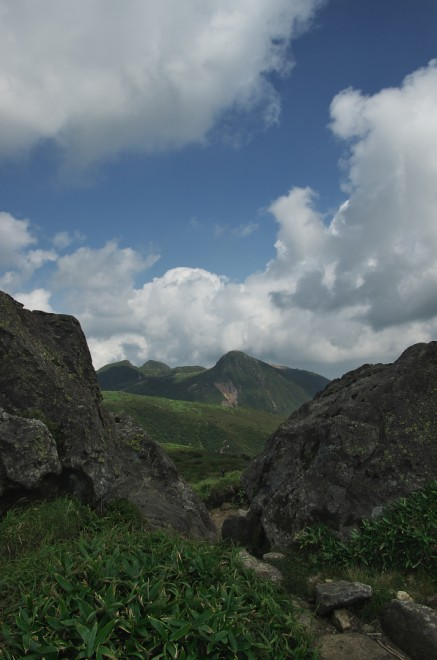 扇ヶ鼻の岩の間から久住山を 良く歩いたな
