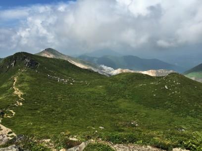 天狗ヶ城と奥に星生山、噴煙の硫黄山
