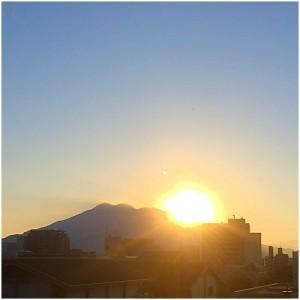 櫻島から朝日が昇る