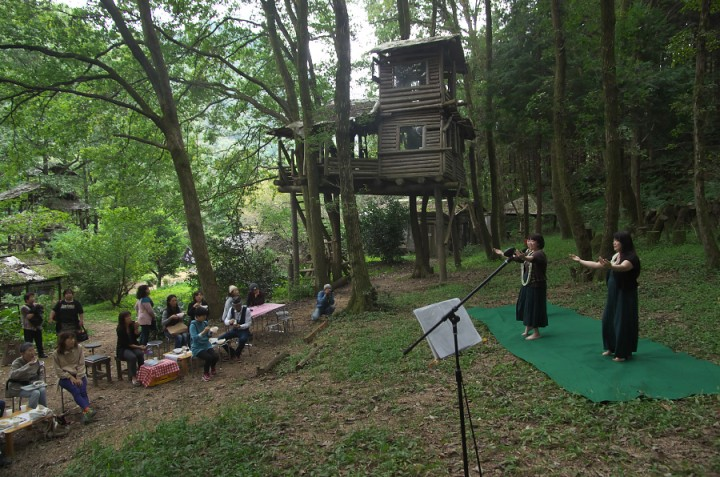 山カフェの森に揺ったりとした癒しの空間が