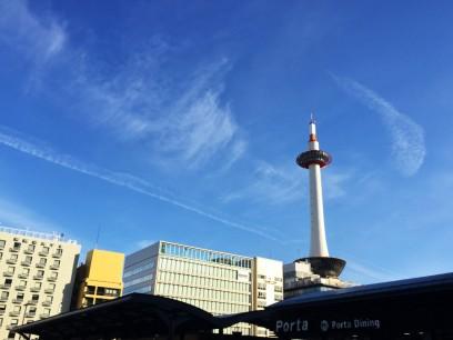 朝の京都タワー 空は快晴