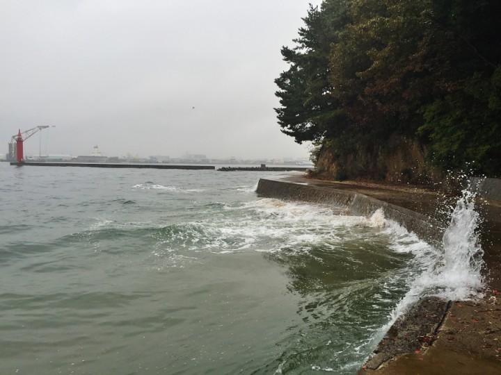 船が通過すると遊歩道は嵐となります