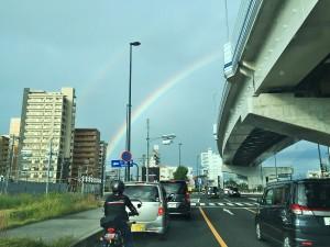 出かけると虹が出ていた