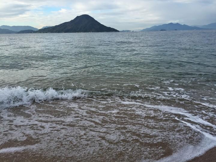 広島湾の沖にある似島 潮騒を聞きながら歩く