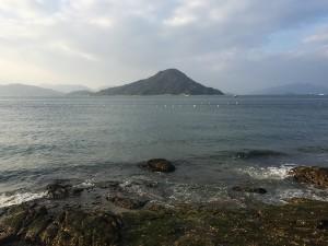 似島(安芸小富士)を眺める海岸