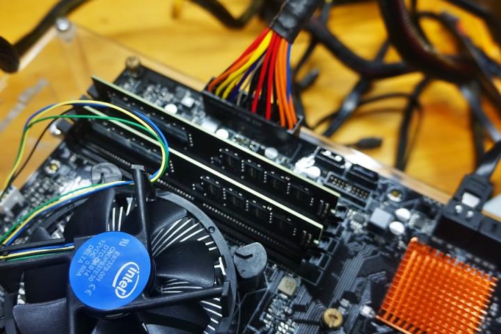 マザーボード(ASRock H170M Pro4)とATX電源24ピンコネクター部から発煙