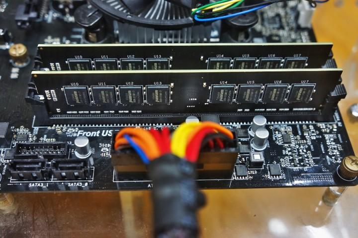 DDR4 8G×2 左の端部はロック方式ではなく差し込みになっている