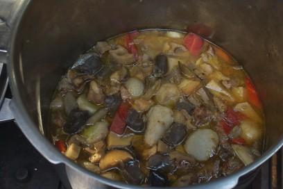 大鍋で煮込み中