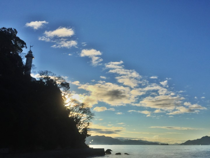 逆光の宇品灯台 爽やかな朝ですね