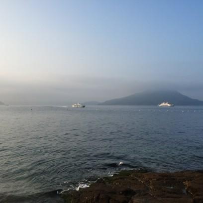 海は朝霧が漂っている