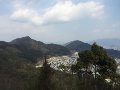 上観音からは春日野の上に火山と武田山