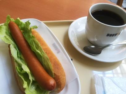待ち時間にレタスドッグで昼食
