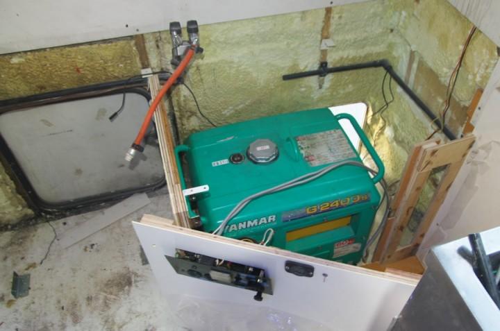 キッチンカーの後部に発電機2.4KVAをセットして操作ペネルを側板に