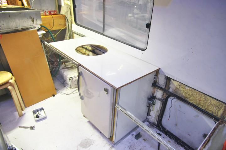 冷凍庫の上にトップパネルがピッタリ