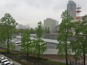 窓から眺める跡地も大雨