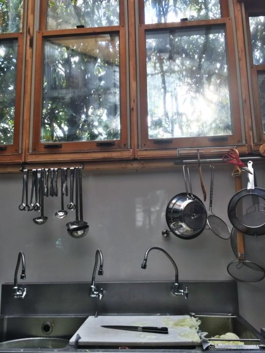 カレーのキッチンの窓から日が差し込みます