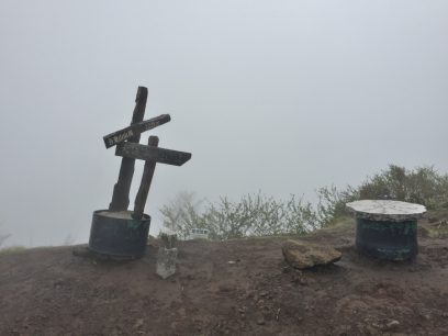 吾妻山の山頂もガスで乳白色