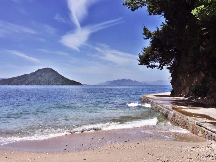似島が見える海岸の遊歩道を歩く