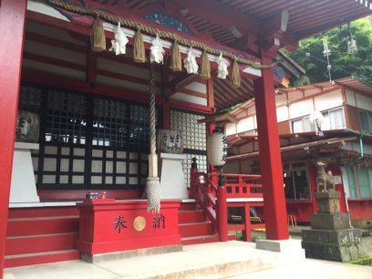 階段を登り切ると帆柱稲荷神社 荒れている