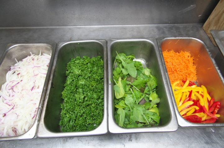 カレーの付け合せの野菜をカットして水切り 今回人参を復活させてみました