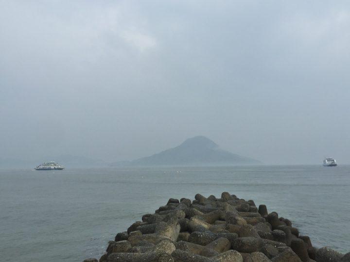 広島港入口の防波堤から霞む似島を望む