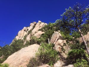 急峻な岩山を登る