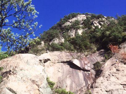 カイが左の岩山にいる