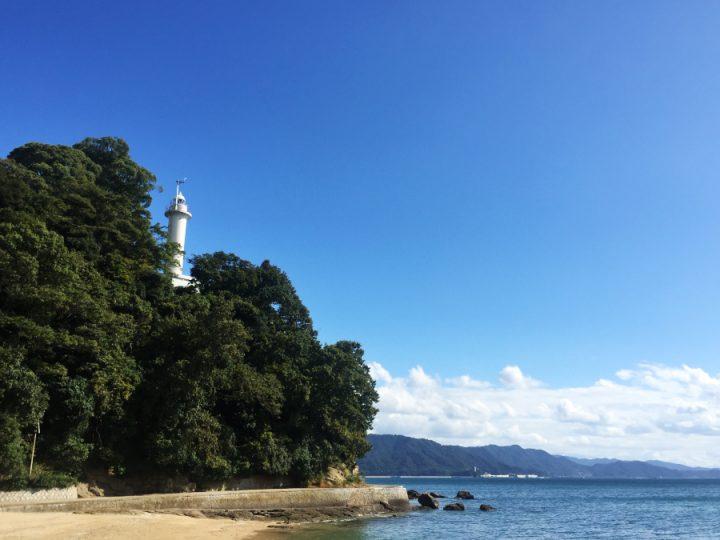 青い空に白い宇品灯台が映える