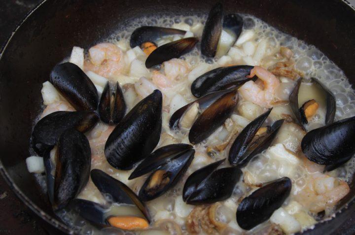 海鮮をオリーブオイルで炒めて、白ワインで
