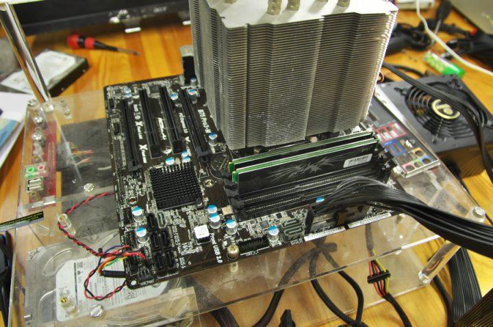 CPUヒートシンクがでかい ベンチ台でOSをインストール予定