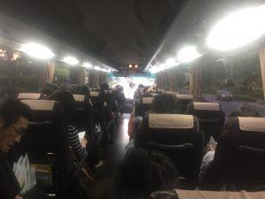バスは満席 最後部に