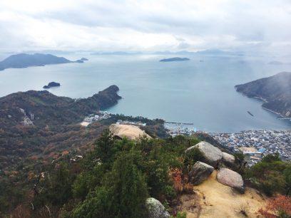 12:15 火山山頂の大岩に登頂 素晴らしい眺め